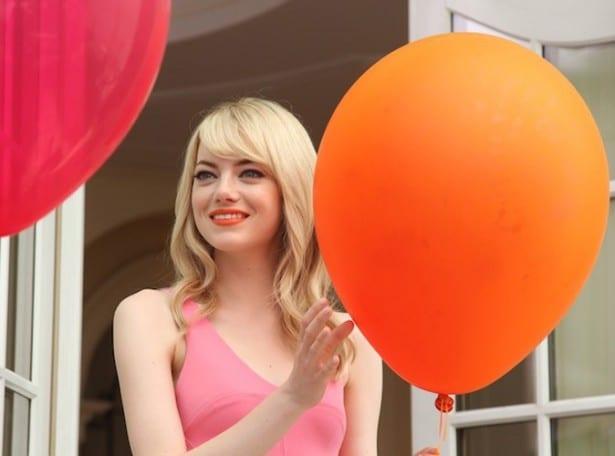 Emma-Stone-dans-les-backstages-de-la-campagne-Revlon_portrait_w674