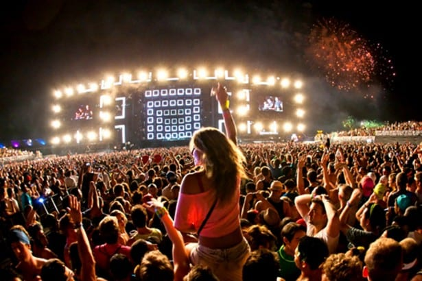 Clay_Paky_Fixtures_Light_Up_Electric_Daisy_Carnival_Main_Stage_03_L